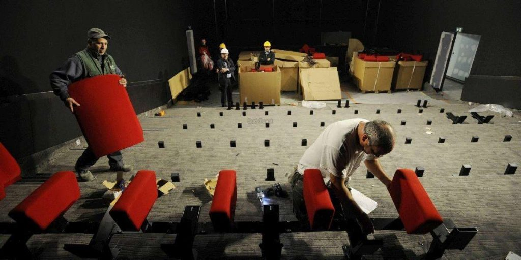 Installing seats at Le Grand Club multiplex. (photo: Archives Nicolas le Lievre)