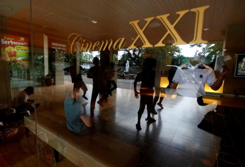 A group of youths practice dancing in front of a Cinema 21 theatre in Jakarta (photo: Reuters / Beawiharta)
