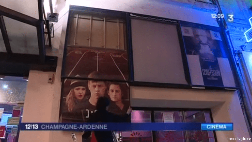 Posters being taken down for the last time. (screenshot: France3)
