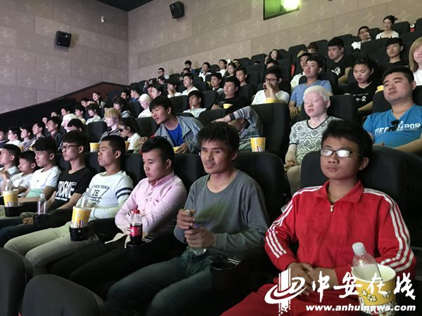 Blind children visiting cinema in Anhui. (photo: Anhui News)