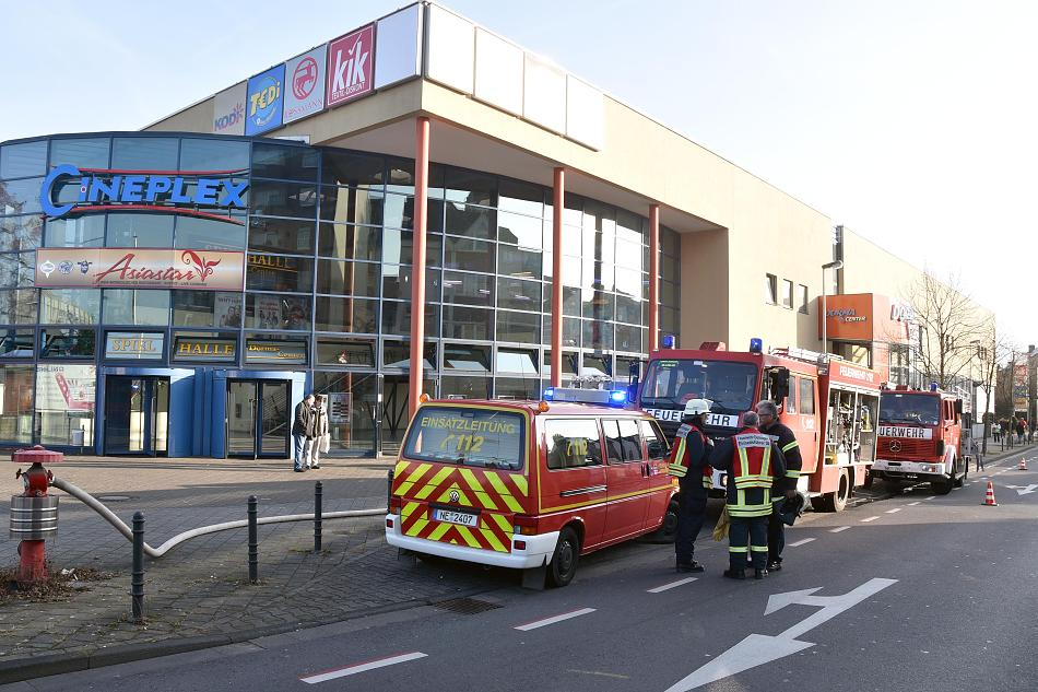 Firemen responding to the Cineplex fire in Dormegen. (photo: RP Online)