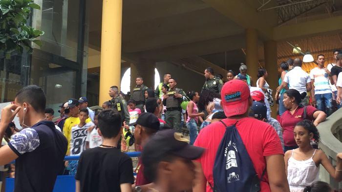 Riot police at the Cine Colombia in Carthagena. (photo: Las2 Orillas)