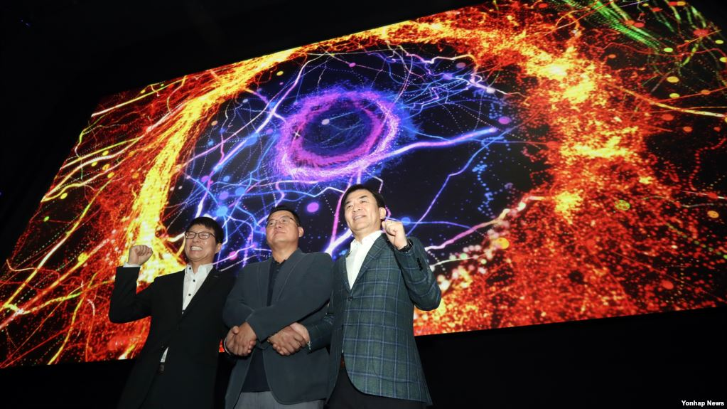 Lotte Cinema World Tower in Seoul on July 13, Samsung Electronics CEO Kim Hyun Suk, director of the video display business (from the right), Yang Woo-suk, film director, and Lotte Cinema Dimension CEO, are presenting the Cinema LED screens.