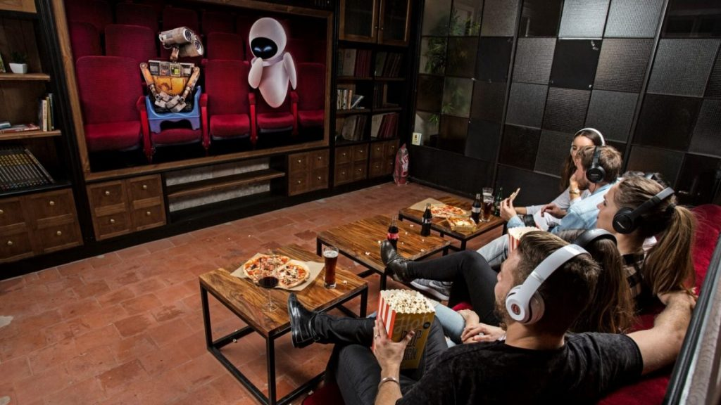 Movie, pizza, popcorn and headphones. (image: Muvix)