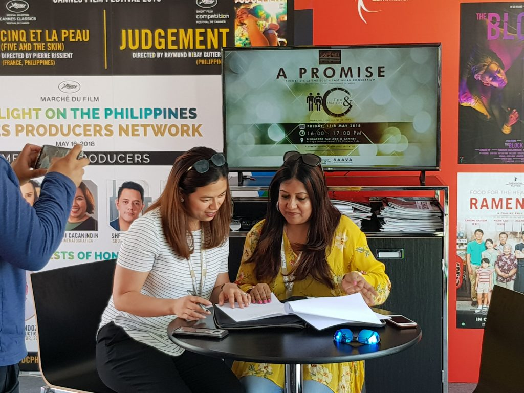 Sreyashi Sen (right) of Darpan Global signing MOU with Liza B. Dino of the FDC of the Philippines. (photo Patrick von Sychowski / Celluloid Junkie)