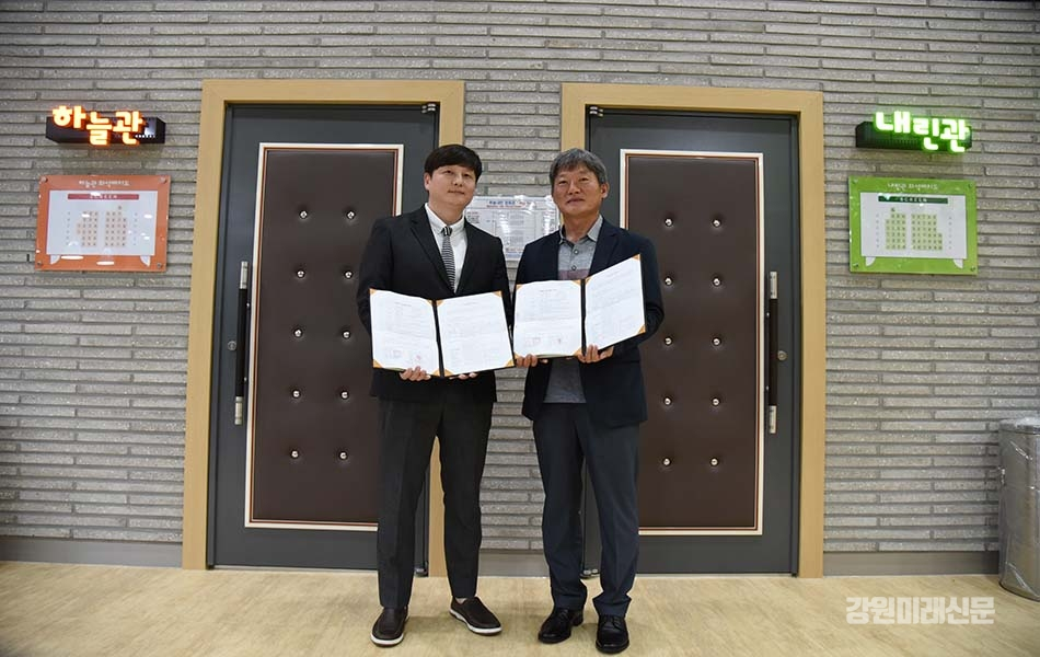 Kim Han-seong, CGV development business team leader (left) and Jeon Man-ho Injun Culture Foundation's standing director (right). (Photo: Inje County Office)